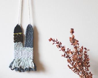 collier tissé dans les tons de charbon, gris, bleu-gris pâle, kaki et jaune-vert