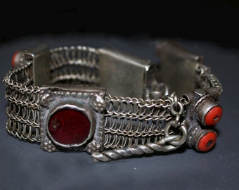 Old Yemeni High Quality Silver Bracelet with Screw Closure: Linked Silver Chain with Decorative Elements, 1900s, Raised Cabochons