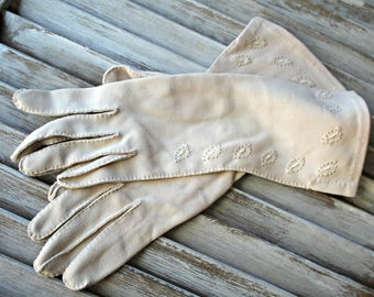 Vintage! Gloves. Beige. Very cute gloves! 1950s.