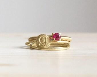 Anello con piccolo rubino + Set di anelli sottilissimi in oro verde smerigliato 18k - RINGS KIT
