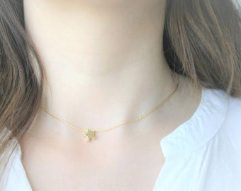 Simple and thin Choker made of chain with bath of gold with a small piece in form of Star