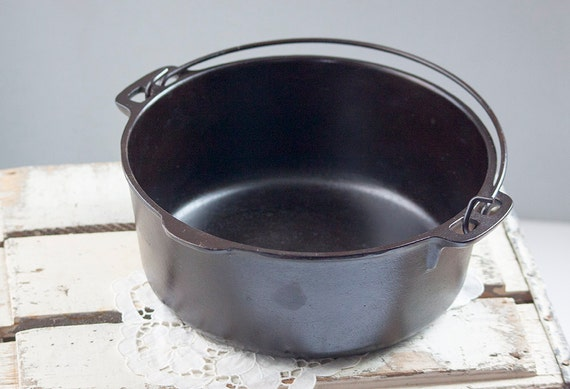 Vintage 5 quart cast iron dutch oven.