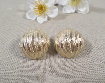 ART! Beautiful Vintage Gold Tone Pair Of Button Clip On Earrings Signed ART  DL#2562
