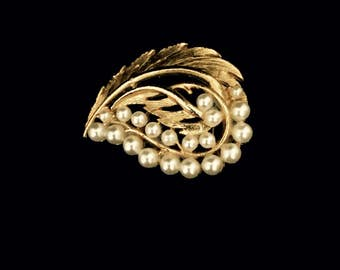 A 60's Pearl and Gold Leaf Brooch     VG2479