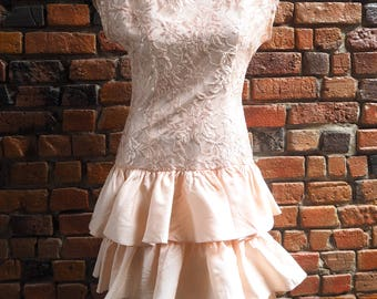 Women's 80s Pale Pastel Pink Lace Sleeveless High Neck Evening Party Prom Dress With Tiered Ruffle Skirt And Rose Back Detail Size Small
