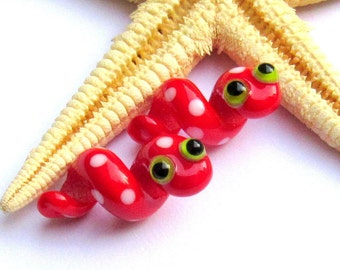 SMAUGGS handmade snakes (2pcs, 20mm x 12mm), glass, red, white, hole 4mm