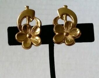 1940s Floral Earrings screw back simple single flower stamped gold tone metal vintage costume jewelry