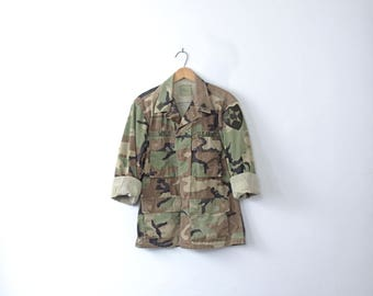 Vintage 90's grunge camo jacket, military camo shirt, army camouflage fatigues, size small - short