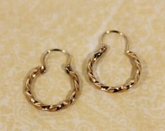 Very Pretty 14K Gold Small Hoop Earrings - 1.95g