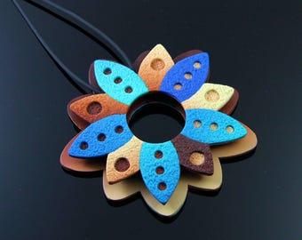 Colgante reversible flor tonos azules y marrones