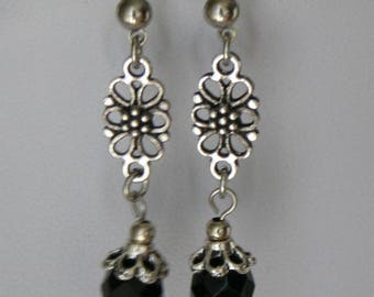 Earrings with flower-elements and glass beads