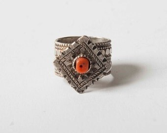 Yemen silver ring with coral bead US size 7