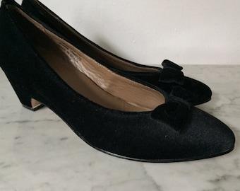L.L. Bean black velvet heels size 7. Black pumps size 7. Black kitten heels size 7. Black bow heels size 7. Vintage blaxk shoes heels size 7