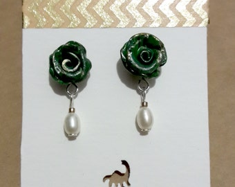Elegant earstuds with green rose and a pearl