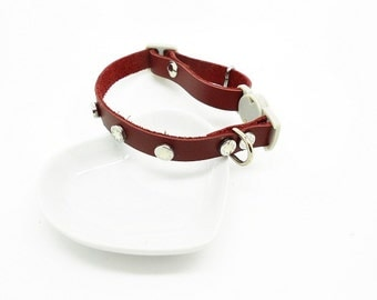 adjustable collar for an adult cat red leather safety clasp and rivets star