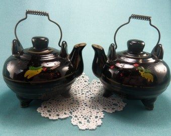 Vintage Black Tea Kettles Salt and Pepper Shakers, Hand Painted SP Shakers, Rooster S and P, Rustic Kitchen Decor, Country Kitchen, 1950s