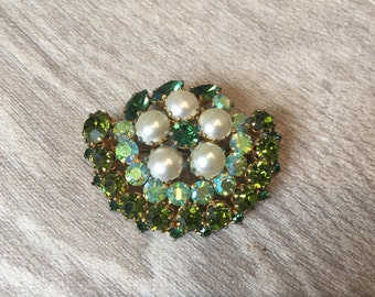 Stunning vintage costume jewellery brooch with green paste stones and faux pearl detail