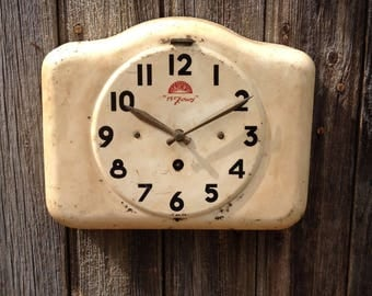 French clock FFR in enameled color iron cremates, attractive vintage patina, for decoration