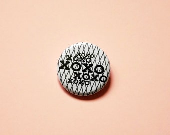 """Round badge """"Xoxo"""", illustrated by pretty Mess. Long of mode & Co"""