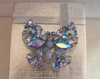 Stunning Brooch With Lovely Design & Stones