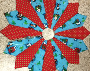 Christmas tree skirt, 26 inch diameter,table top tree skirt, mini tree skirt, Charlie Brown tree skirt, small tree skirt, pieced, quilted