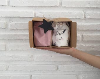 Pack of two cubrepanales shorts: one solid pink and one white stamped with bunnies baby.