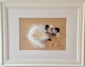 Table sculpture in feathers with ruffled white cat, PluminoOz collection