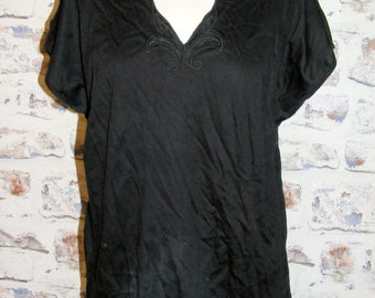 Size 16 vintage 80s batwing cap sleeve embroidered scallop v neck tee/top (GR21)