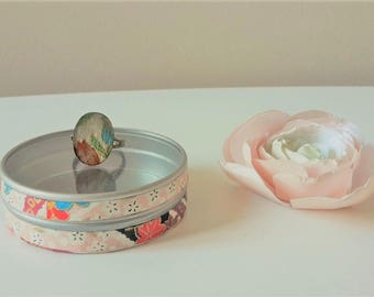 Ring oval paper Japanese red/green/blue flowers on Pearl gray