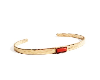 Bangle/bracelet gold plated hammered with coral natural stone crimped