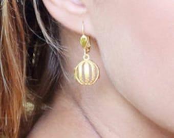 Boule dorée ajourée boucles d'oreilles