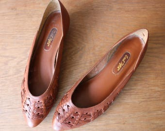 vintage brown wedge flats 10M / woven leather low heel shoes / chestnut brown flats