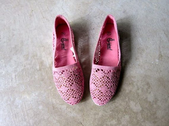 Pink Crochet Shoes 80s Slip Ons Vintage Boho Summer Flats Fabric Knit Shoes Minimal Textured Beach Sandals Huaraches Womens 7.5
