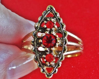 SARAH COVENTRY signed Vintage adjustable gold tone and red rhinestone ring in great condition,  appears unworn
