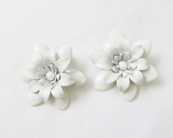 40% OFF SALE Vintage Ivory White Enamel Earrings / 1960's Daisy Floral Earring Set
