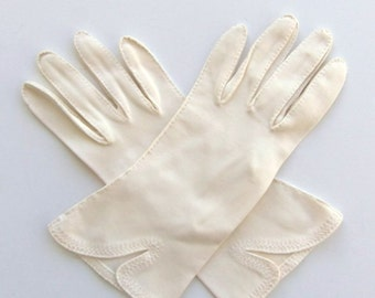 Vintage 50's Women's Gloves Cream Off White with Decorative Stitchin and Angled Vent Size 6.5 / 7