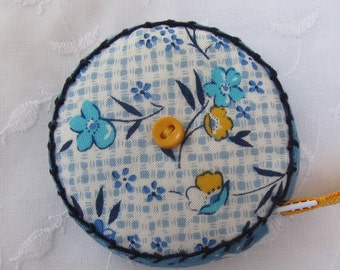 Retractable tape measure, covered with vintage look fabrics