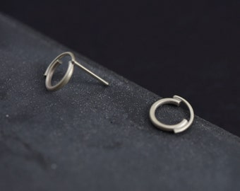 Concentric circles studs // geometric earrings // sterling silver round earrings // unique circle earrings // CP001