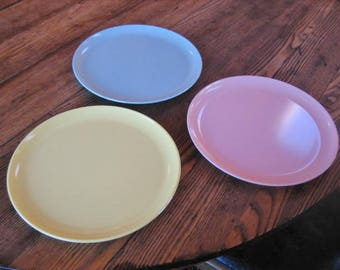 "3 Pastel Stetson Melmac 10"" Dinner Plates Yellow Pink Blue Mid Century 1950s"
