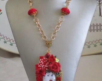 """Ravissant collier avec pendentif en bois et céramique """"charmante Audrey Hepburn"""""""
