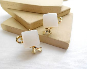 Vintage Frost White Thermoset Gold Tone Screw Back Earrings B36