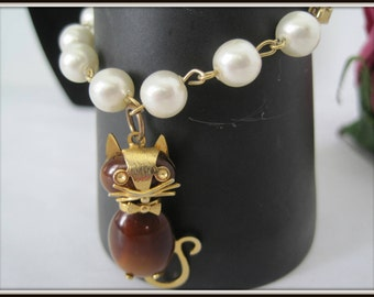 Kitty Cat Charm Bracelet -  Faux Pearl Links - Vintage Brown Tone Kitty - Gold Tone Setting