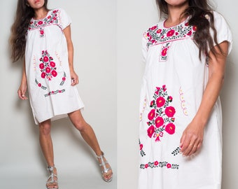 Vintage// Traditional Mexican Floral Embroidery// White Summer Dress// XS S