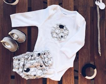 Pack bebes, conjuntos, chupeteros, patucos. first sneakers, body, cubrepañal, hecho a mano. baby clothes, OVEJAS. handmade. conjunto bebe