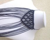 Girocollo grigio scuro macrame con frange, collana allungabile, macramè moderno, gioiello contemporaneo, cotone semi cerato, cristalli grigi