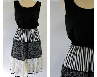 1970s Calico Dress / Vintage Sundress / Black White Dress / 70s Bohemian Dress /  Vintage Prairie Dress / Vintage 1970s Modest Dress S/M