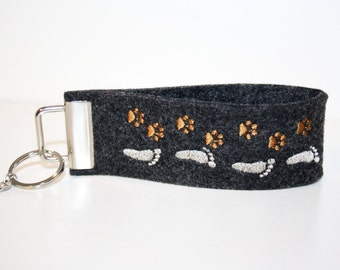 "Key chain black embroidered ""Companion"" Brown silver"