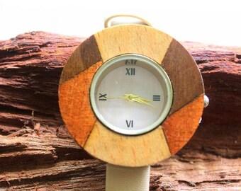 Ladies watch in wood, sportiv, smale, beige-brown