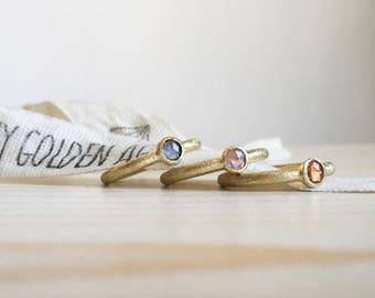 Anelli sottili in oro smerigliato 18k con piccoli zaffiri colorati taglio rosetta