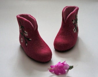 Children's felted boots/slippers. For girls. Handmade. Felted home shoes. Natural wool.